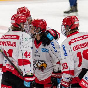 Spelare i Sport firar ett mål.