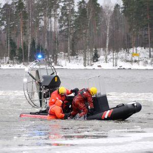 Räddningsmanskap övar på yträddning utanför Emsalö.