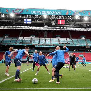 Finland tränar på EM-stadion Parken i Köpenhamn.