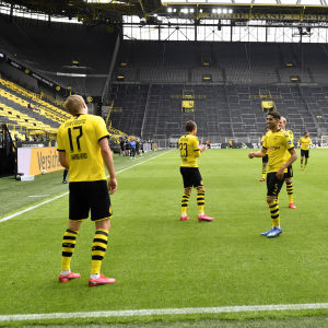 Borussia Dortmunds spelare firar mål med säkerhetsavstånd.