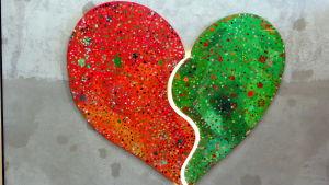 Konst på skolvägg i form av ett stort hjärta