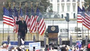 USA:s president donald Trump håller tal inför sina anhängare