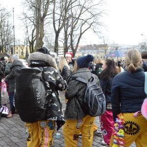 Studerande på domkyrkstorget i Åbo, Glöggrundan
