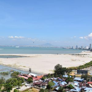 Sand invid havet i Georgetown i Malaysia. Sand har dumpats i havet för att göra stadens areal större.