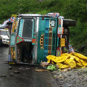 Kaatunut kuorma-auto Himalajan vuoristotiellä