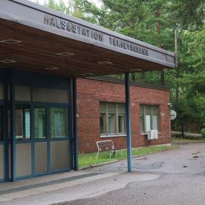 Dalsbruk hälsostation som är en rödbrun tegelbyggnad.