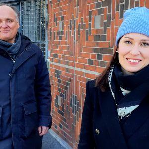 Ulrik Sandell och Heli Peitsalo utanför Grankulla kyrka.