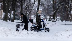 Människor ute i snöyra.
