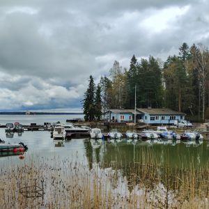 Bryggor fulla med båtar.