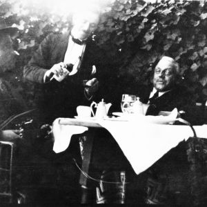 John Engblom (längst till höger) omkring 1926.