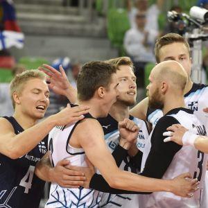 Finlands volleyherrar jublar efter en vunnen poäng.