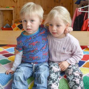 två små barn på dagis
