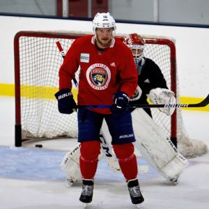 Aleksander Barkov skymmer målvakten under ett träningspass.
