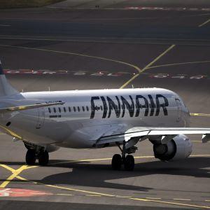 Ett Finnair-flygplan på landningsbanan.