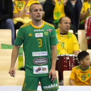 Ott Varik från Sjundeå väntar på en passning på kansten.