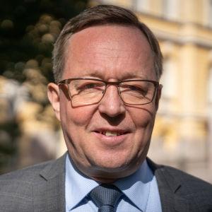 Näringsminister Mika Lintilä vill se över konstnadsstödet