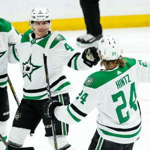 Roope Hintz och Miro Heiskanen firar ett mål för Dallas Stars.