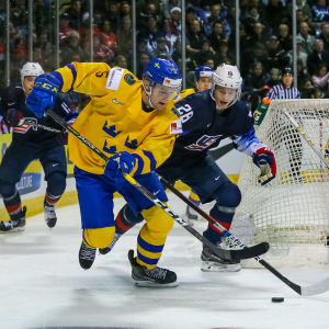 Adam Ginning med pucken i en match mot USA.