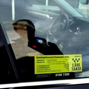 Prisdekal på taxibil.