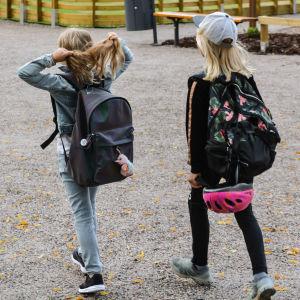 Skolelever går på skolgården