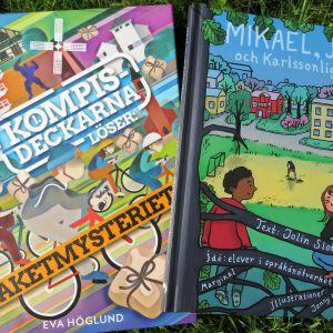 """Böckerna """"Kompisdeckarna löser: Paketmysteriet"""" av Eva Höglund och """"Mikarl, jag och Karlssonligan"""" av Jolin Slotte,"""