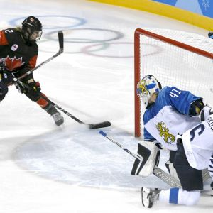 Meghan Agosta gör 1-0 mot Finland.