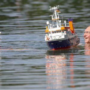 Ett äldre par trivs i vattnet i Schwarzachtalsee, Ertingen, södra Tyskland 26.6. 2019