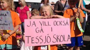 Barn från Tessjö skola med skyltar.