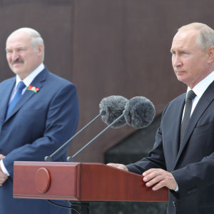 Putin till höger, Lukasjenko till vänster.