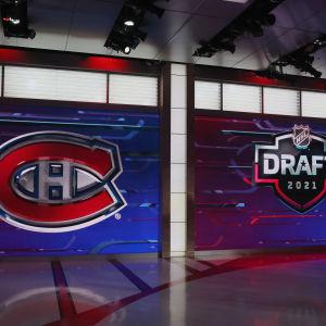 NHL-seura Montreal Canadiensin logo jättiscreenillä NHL:n varaustilaisuudessa.
