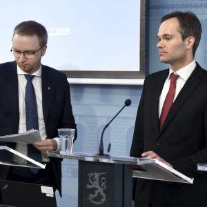 Simon Elo, Kai Mykkänen och Antti Kurvinen på presskonferens.