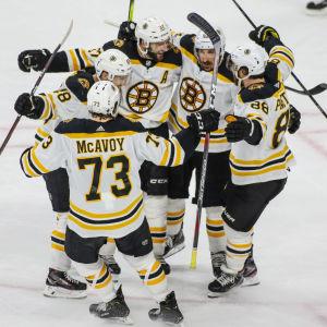 Bostonspelare firar ett mål i en klunga.