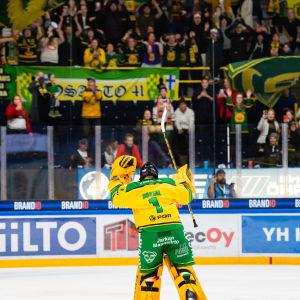 Ilvesmålvakten Lukas Dostal firar derbysegern över Tappara med fansen.