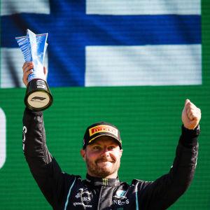 Valtteri Bottas firar på prispallen.