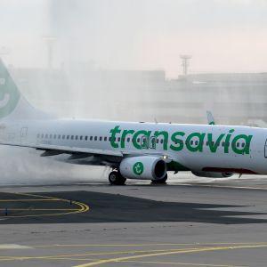 Ettflyg plan görs redo för flygning på Paris-Orly. Flygplatsen öppnades den 26 juni 2020 efter att ha varit stängd i tre månader