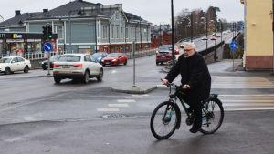 Man cyklar i centrum av Borgå.