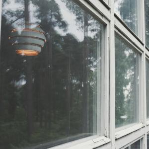 Artek-lamppu Mehiläispesä nähtynä ikkunan läpi.