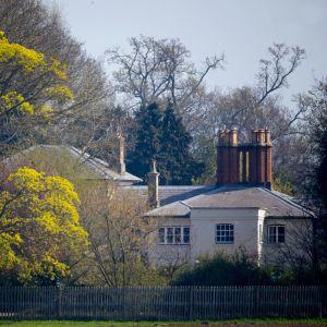 Talo kuvattuna aidan takaa.