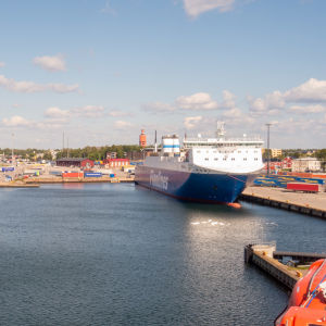 Två containerfartyg i Hangö hamn en solig sensommardag.