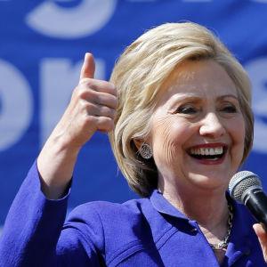 Hillary Clinton visar tumme upp.
