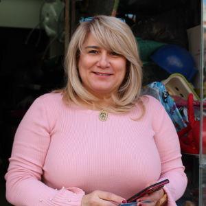 Lay Manresa är verksam i frivilligorganisationen Casa de Venezuela. Hon är en dam i medelåldern. På bilden står hon utanför föreningens lilla lokal i Madrid.