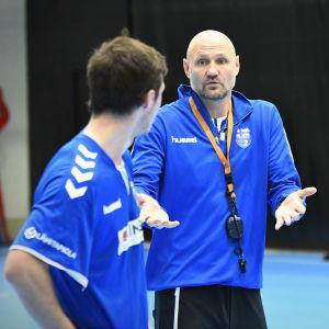 Ola Lindgren instruerar Johan Gripenberg under sitt första träningspass med herrlandslaget i handboll-