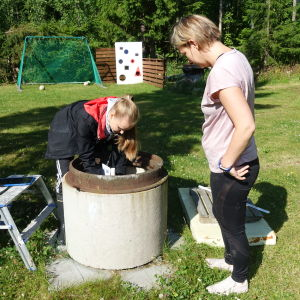 Janni Heikkinen kollar konditionen på Tanja Sirviös avloppsbrunn.