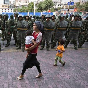Kinesiska soldater patrullerar gator i uirgurområdet Xingjiang