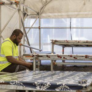 Mies ruokatauolla Meilahdessa SRV:n Siltasairaalatyömaalla. Teltta on riittävän iso, että siellä voi pitää etäisyyttä toisiin koronan takia.