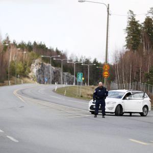 Polisen fick stänga avtaget till Åboleden på grund av skottlossningen i Lembois på lördag.