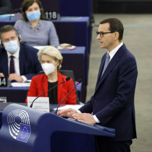 Polens premiärminister Mateusz Morawiecki talar till EU-parlamentet i Strasbourg. I bakgrunden ser man EU-kommissionens ordförande Ursula von der Leyen.