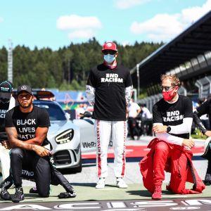 Förarna knäböjer. Lewis Hamilton (nere i mitten) och Kimi Räikkönen (uppe till höger).