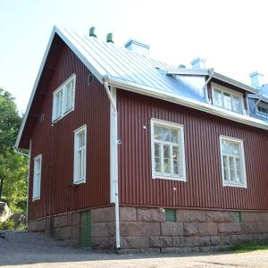rött skolhus en sommarmorgon