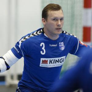 Handbolllandslagets Miro Koljonen försvarar i VM-kvalmatchen mot Cypern.